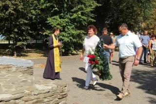 В Білокуракине поклали квіти до монументу Скорботна Мати